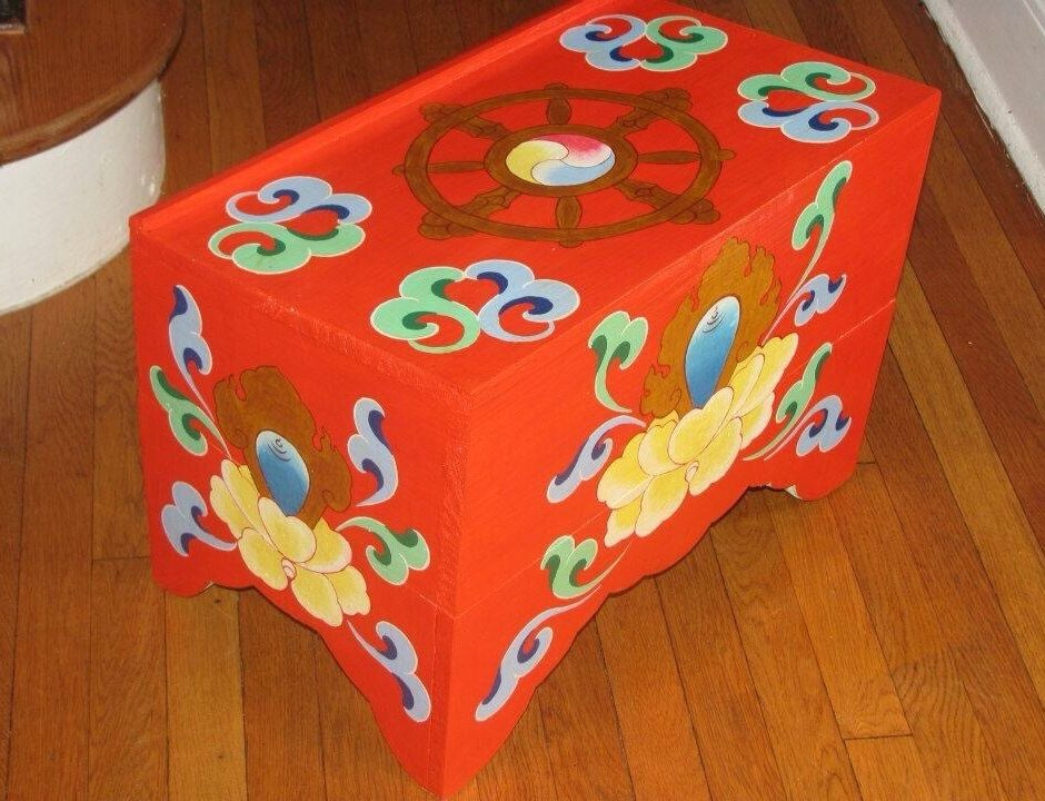 Superbe Collapsible Tibetan Buddhist Puja Table.